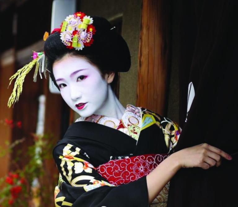 Geisha girls dancing
