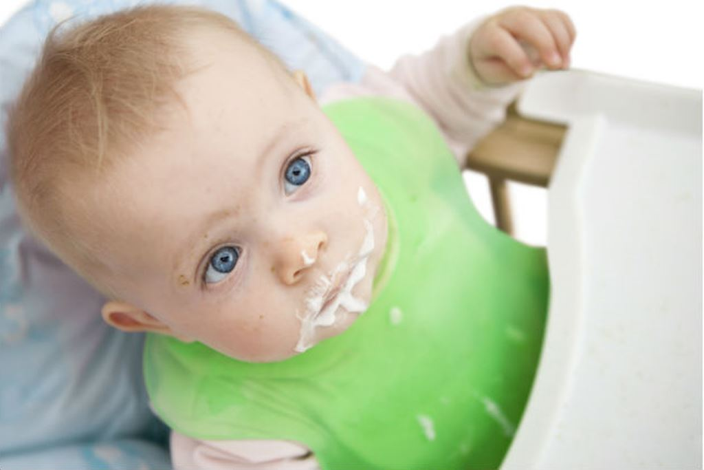 Почему грудничок срыгивает после кормления молоком