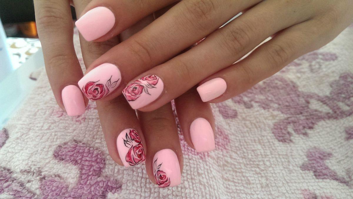 Розовые ногти с рисунком на двух ногтях