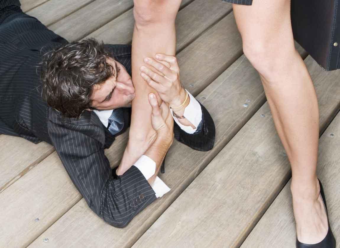 Целует жене ноги 7 фотография