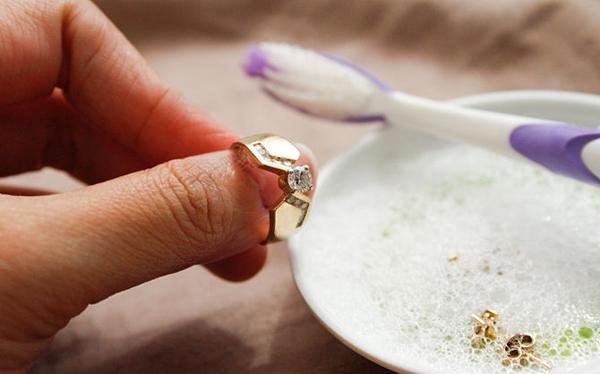 Чем чисть золото с камнями в домашних