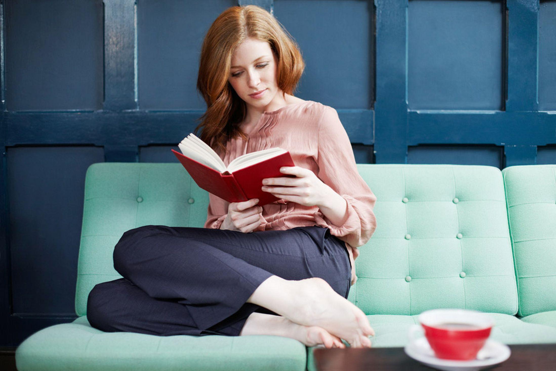 Ффото девушек на фиване читающих книги 20 фотография