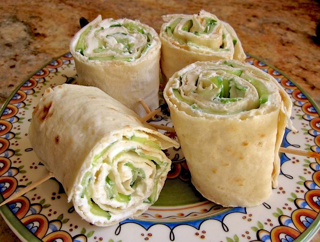 Рулет из лаваша с зеленью и творожным сыром
