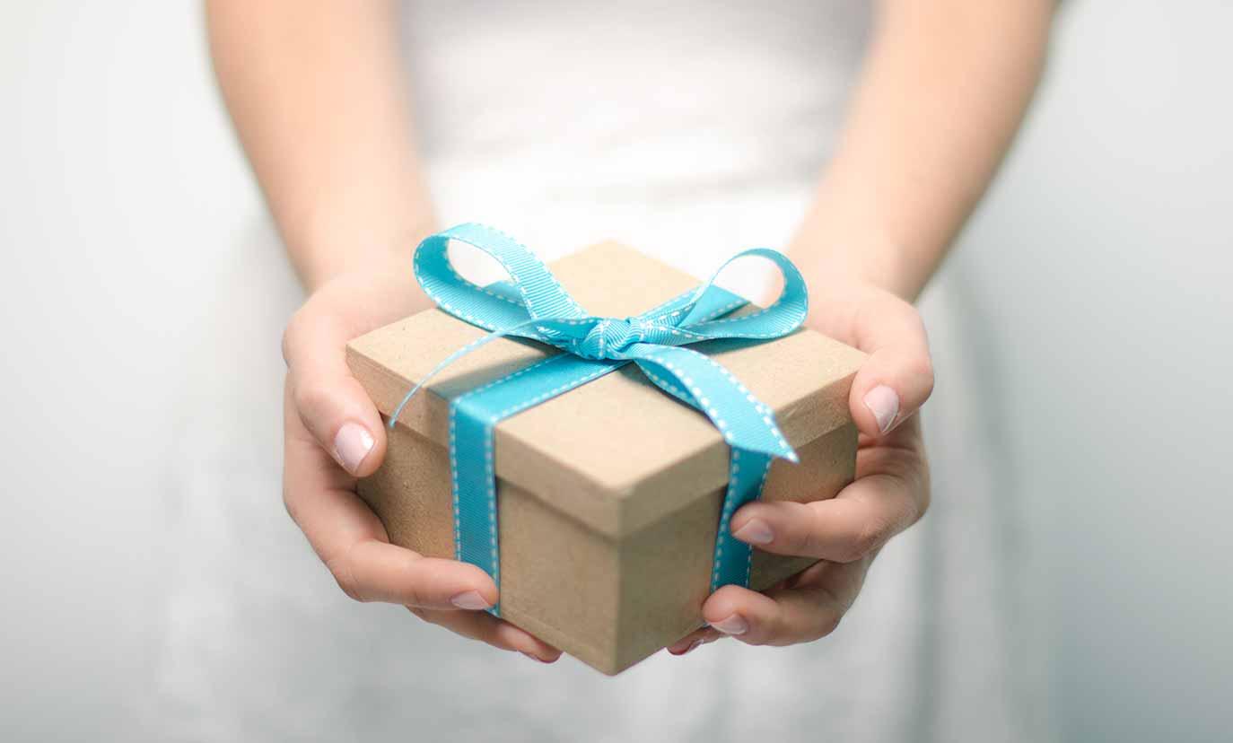 Лучше сделать подарок своими руками чем купить его