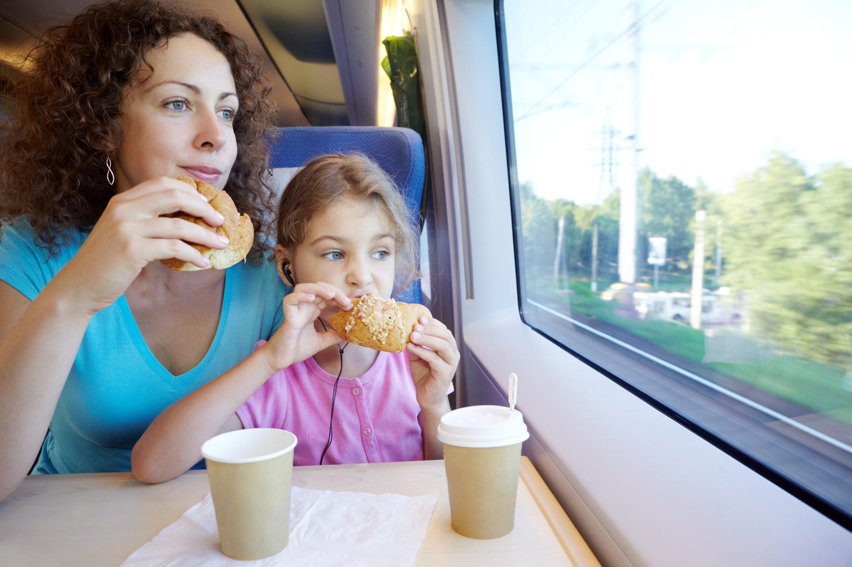 С мамой в поезде 8 фотография