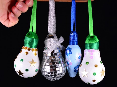 Как сделать елочные игрушки из лампочек