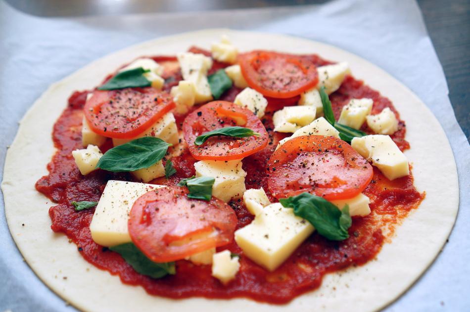 Пицца «маргарита» перед выпечкой