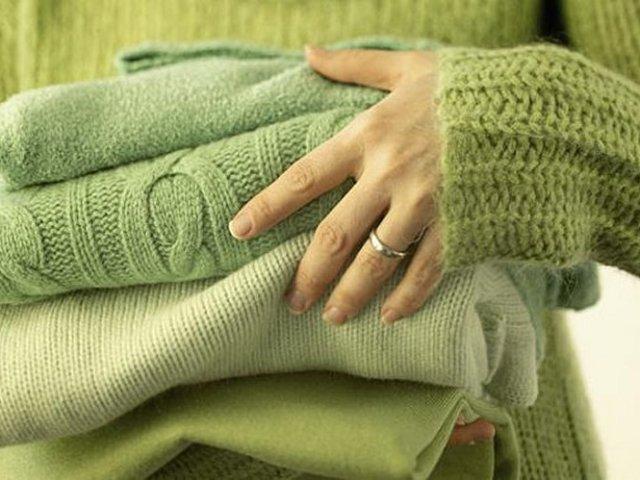 Колется шерстяной свитер, кофта, платье, пуховый платок: что делать, как устранить? Как убрать колючесть шерсти? Чем постирать, смягчить шерсть, чтобы она не кололась?