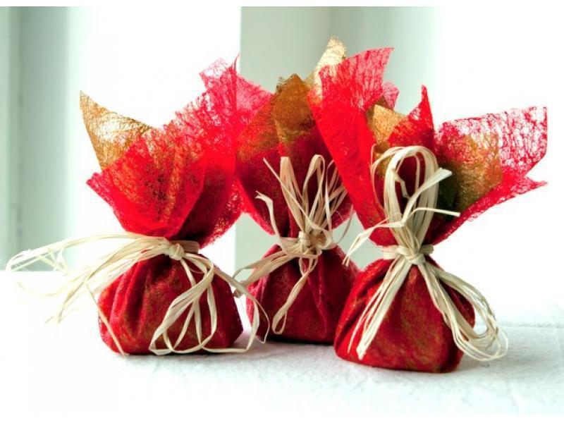 На 14 февраля можно каждую конфетку по отдельности завернуть в красную гофрированную бумагу или органзу - уже получится тематично