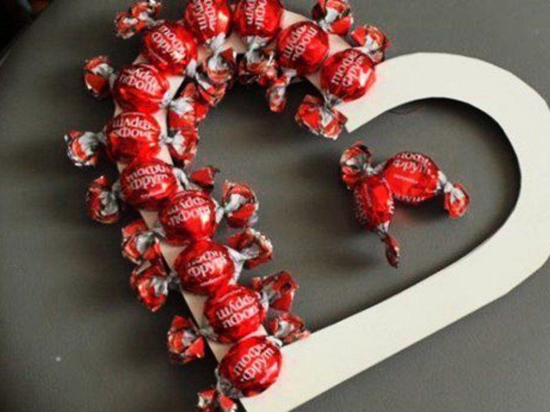 На 14 февраля можно просто вот так наклеить конфетки на основу-сердце