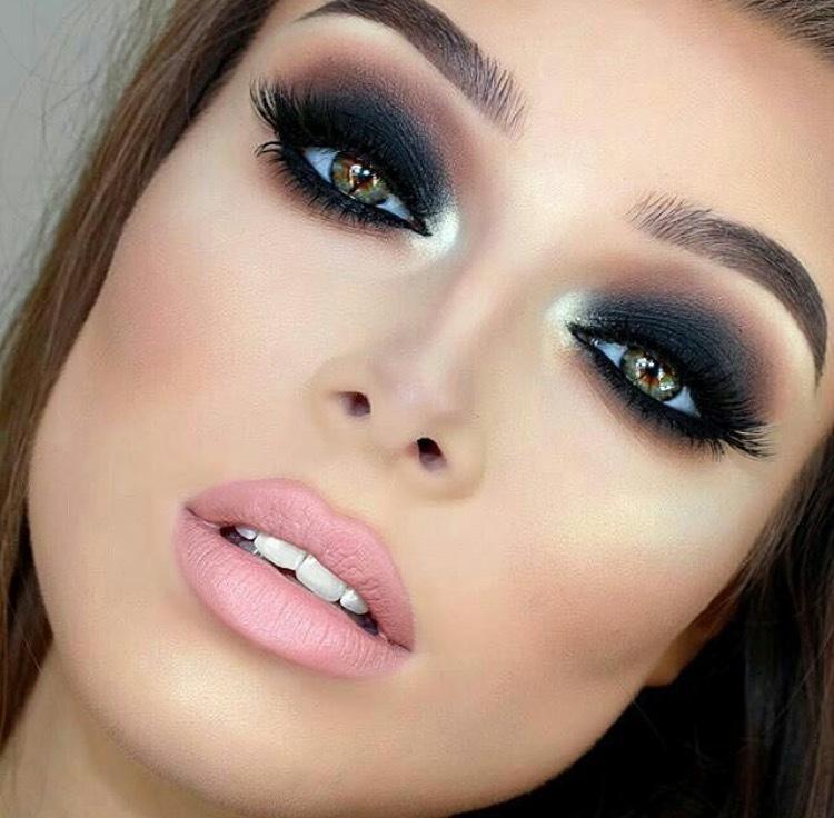Смоки айс - это акцент только на глазах, макияж губ нейтрален