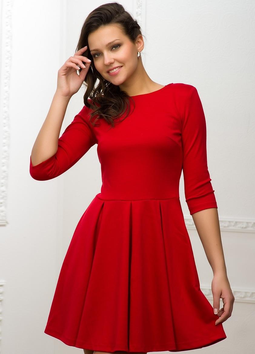 Длинное бордовое платье с рукавом