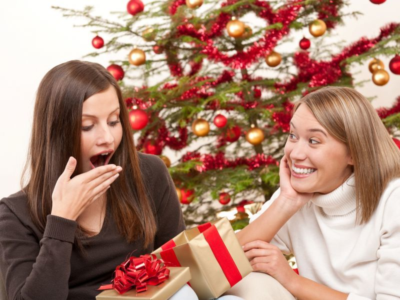 Идея для фото: вручение подарков