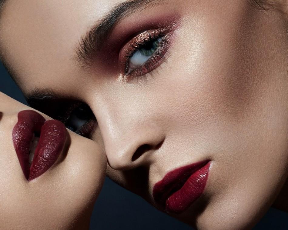 Если при акцентном макияже губ хочется сделать дымку на глазах, она не должна быть серо-чёрной