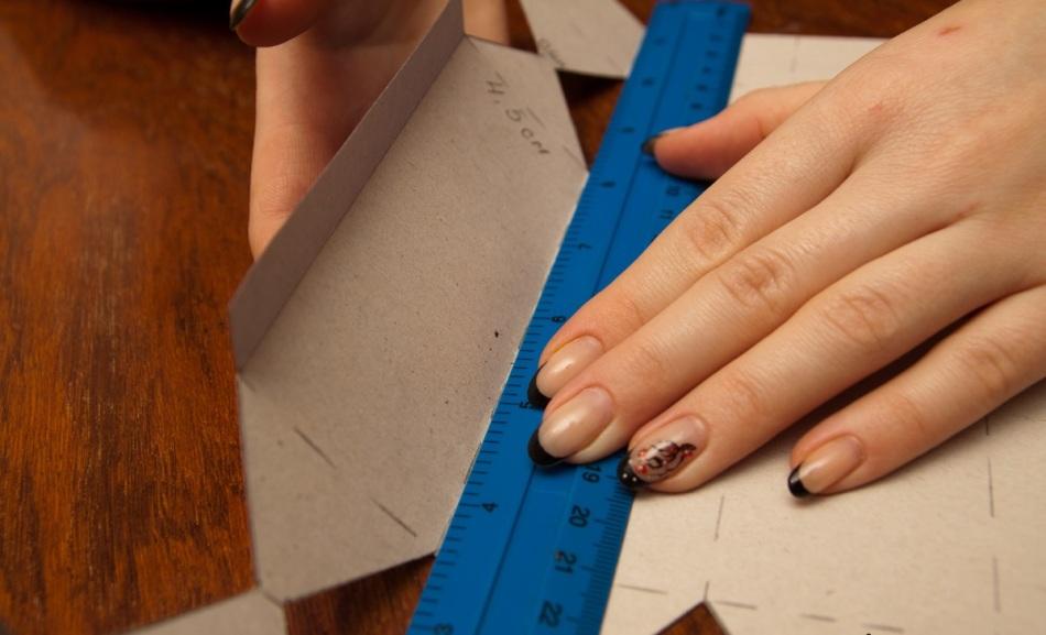 Сгиб продольных линий заготовки для упаковки конфет