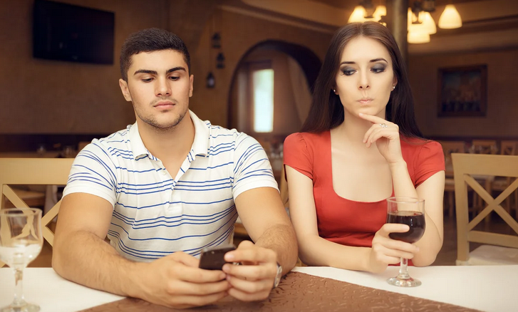 Муж переписывается с коллегой женщиной