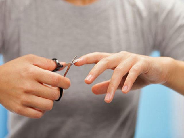 Ноготь сломался на среднем пальце левой руки