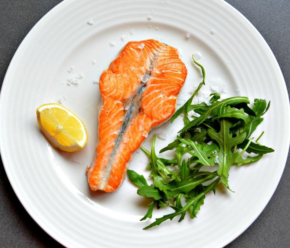 """""""пятиминутный"""" стейк из лосося с рукколой на ужин"""