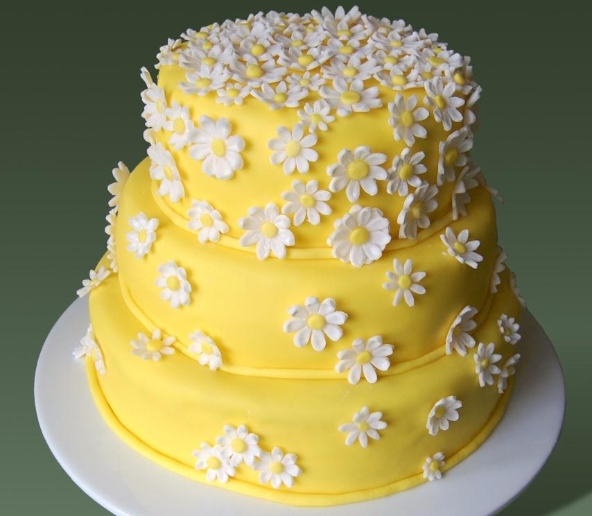 Торт с мастикой желтого цвета с пищевым красителем