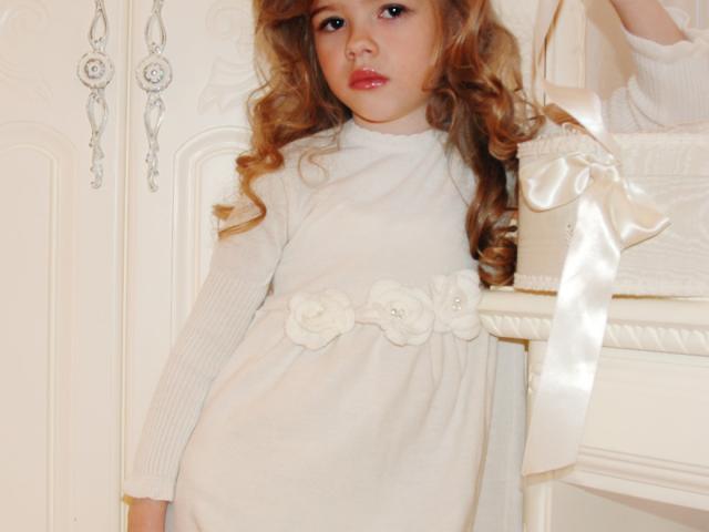 Детское вязаное платье спицами с тонкого хлопка