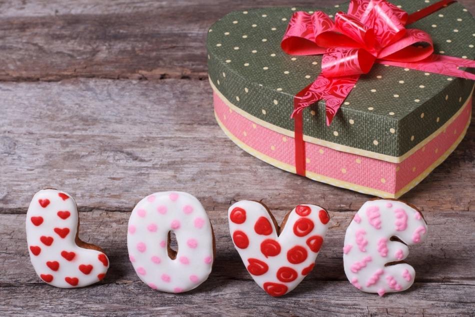На 14 февраля можно красиво украсить коробочку в виде сердца, да еще и пряничные буковки приложить