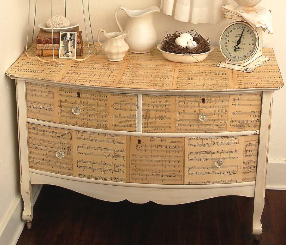 Вот так выглядит вариант декупажа мебели дсп с помощью нот