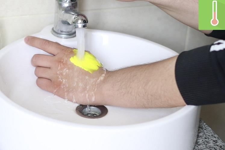 С кожи акриловую краску можно смыть даже просто теплой водой