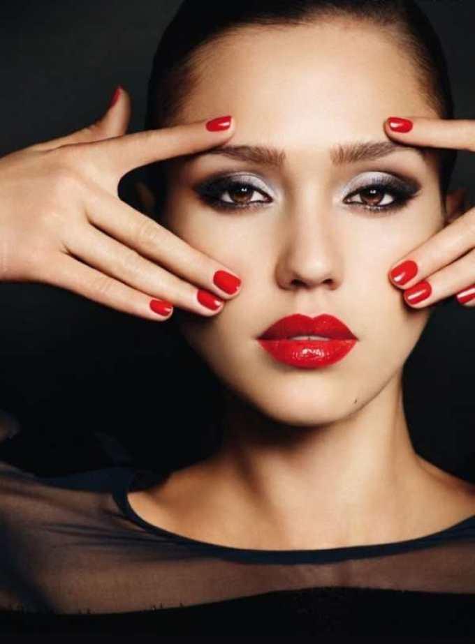 Макияж губ с красной помадой предусматривает отсутствие проблем с кожей