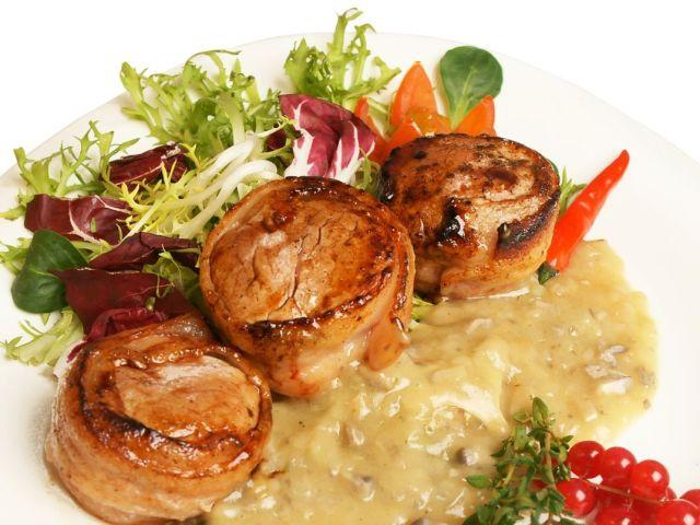 Свинина на сковороде с соусом