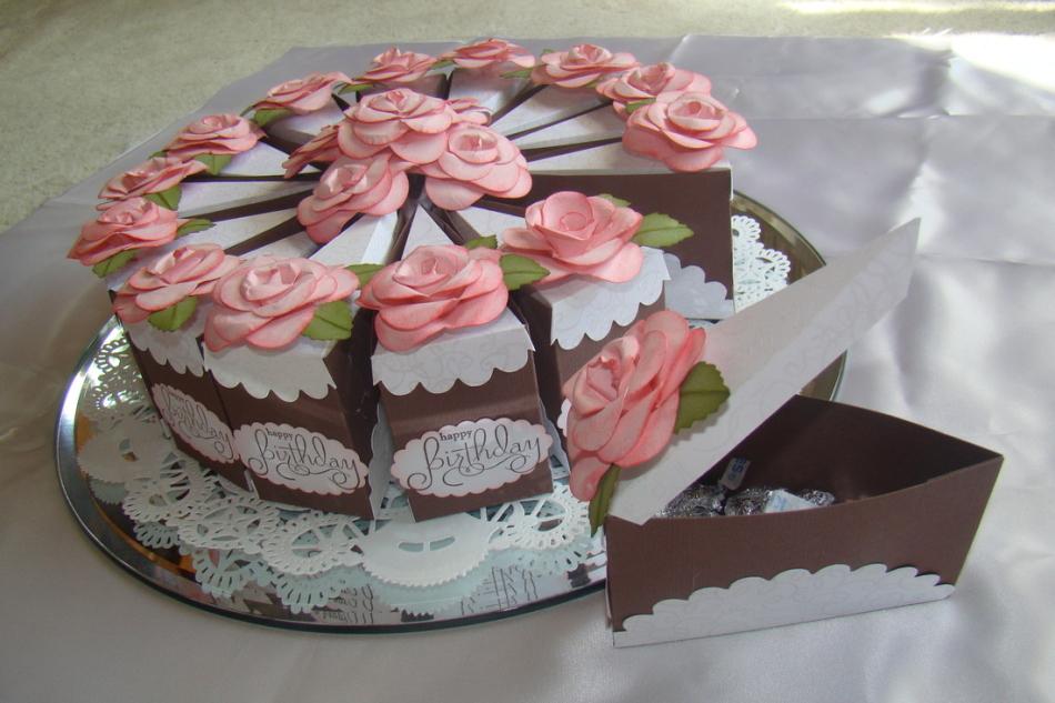 Такой чудесный торт из нескольких отделений-кусочков можно соорудить в качестве упаковки конфет