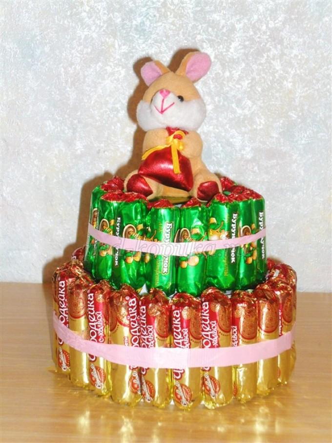 Можно соорудить для детей вот такой тортик из конфет с какой-нибудь игрушкой наверху