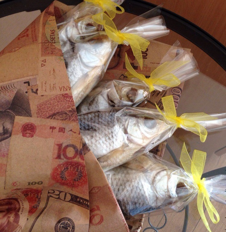 Заказать букет из вяленой рыбы и бачонок с пивом оригинальный подарок мужчине на годовщину отношений