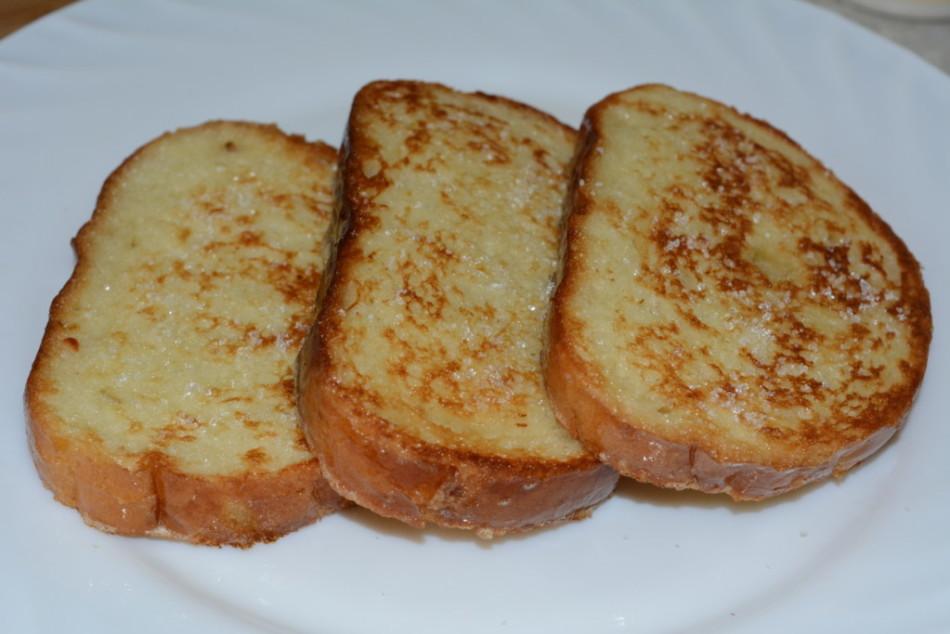 как пожарить хлеб с молоком и яйцом и сахаром