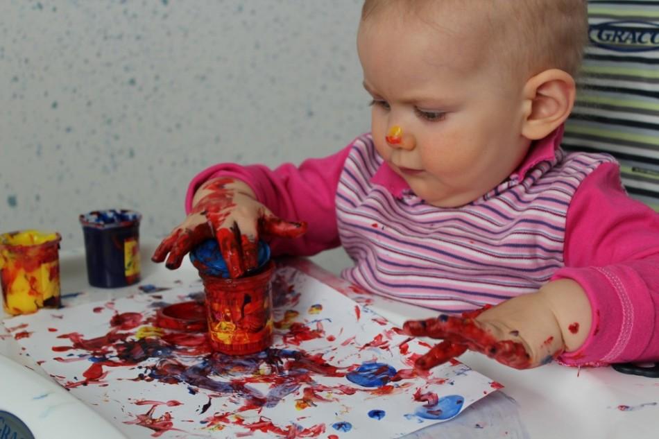 С какого возраста дети рисуют пальчиковыми красками