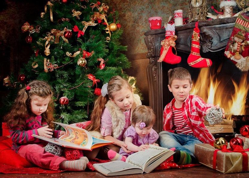 Фотография с книжками, чтение сказок под елкой