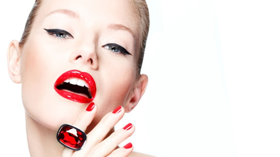 Макияж губ с красной помадой желателен при идеально белых зубах