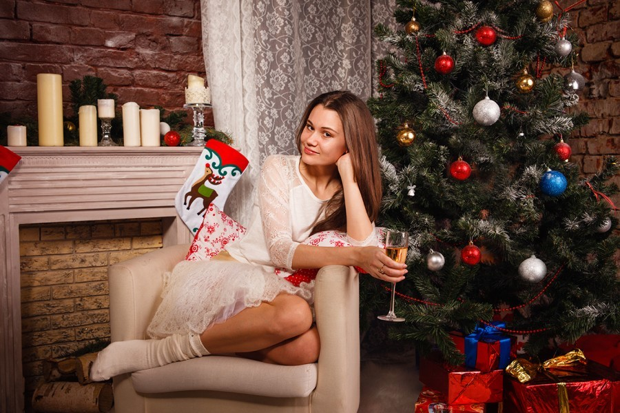 Фото в кресле с бокалом вина или шампанского на фоне елки