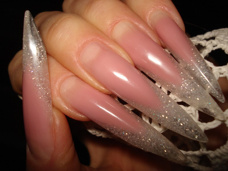 Нарощенные прозрачные ногти с блестками