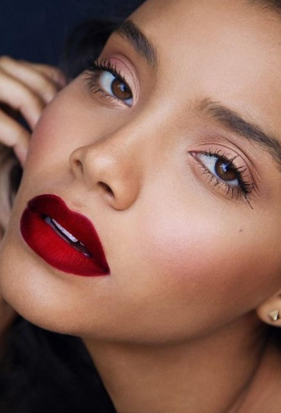 Чем темнее кожа, тем ярче можно использовать помаду в макияже для губ