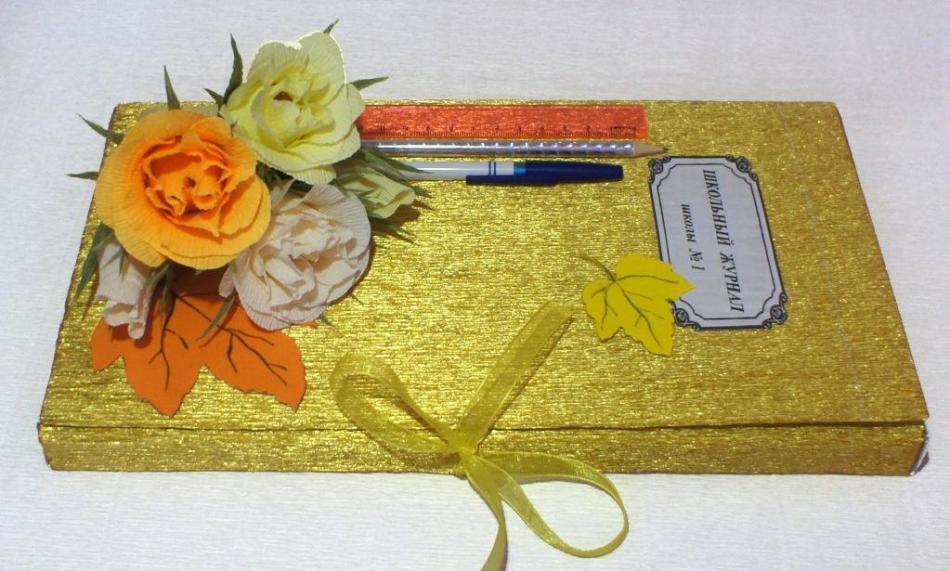 Приклеенные на конфетную коробку листья могут располагаться так
