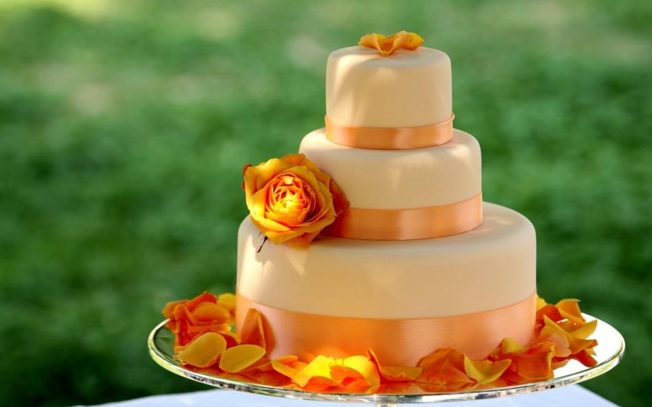 Торт с мастикой оранжевого цвета с пищевым красителем