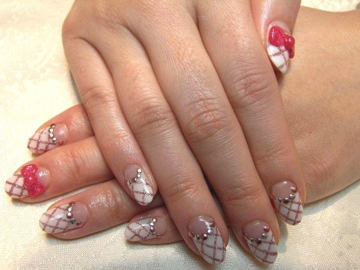 Стразы на ногти с лунным маникюром