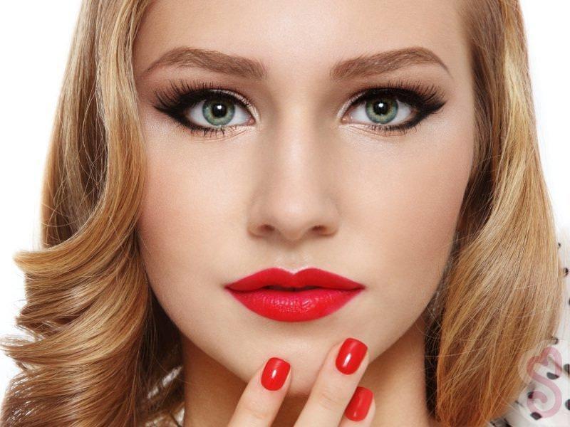 Женщинам с тёплым оттенком кожи в макияже губ следует использовать тёплые оттенки помады