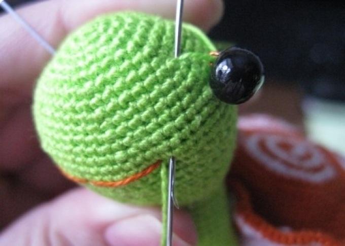 Пришиваем первый глаз черепашке крючком