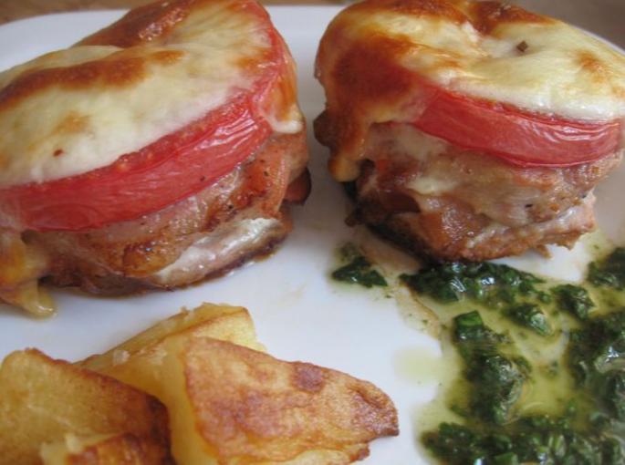 Вкусные медальоны из свинины с помидорами и сыром