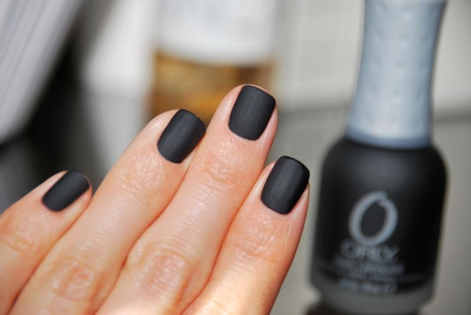Можно ли ногти красить черным лаком