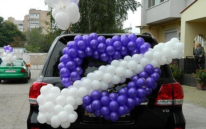 Примеры украшения свадебных машин - сердце со стрелой из воздушных шаров