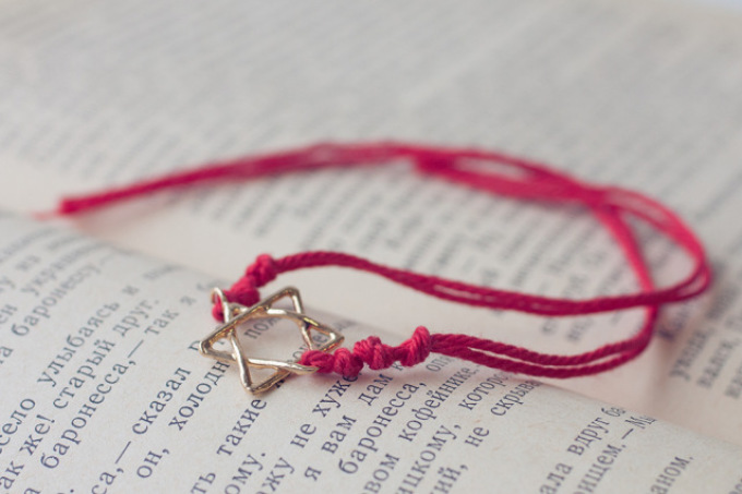 Розовый браслет своими руками