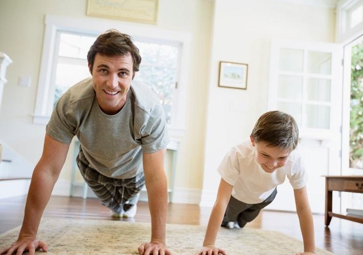 отец с сыном, отжимаются
