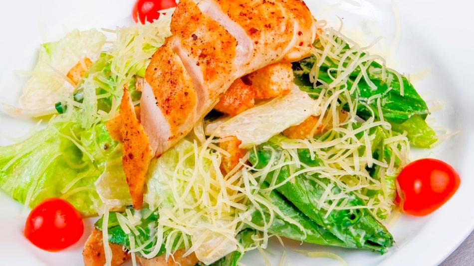 Калорийность салата с курицей выше, чем с морскими моллюсками
